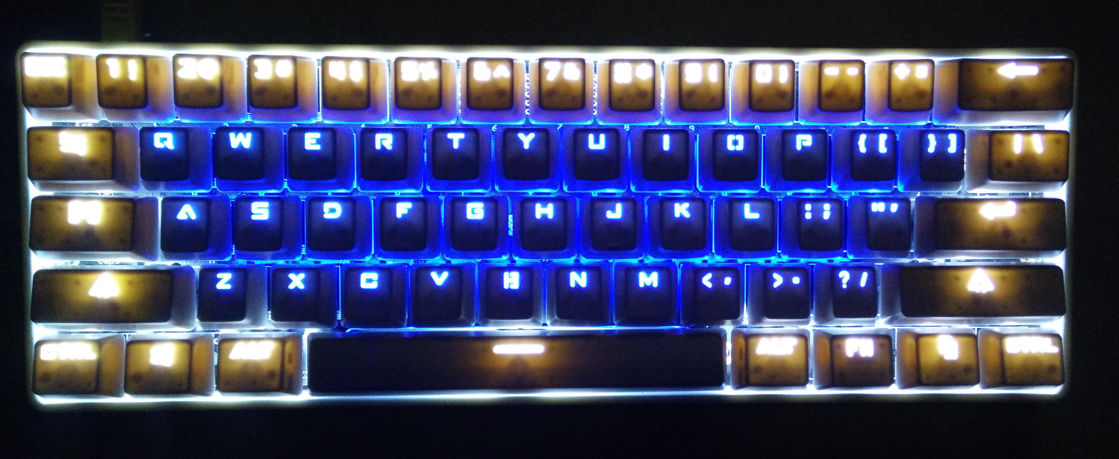 字母区冰蓝,周围白色,老鸨的ABS键帽,效果有点搓,键帽里面的点都能看到了。