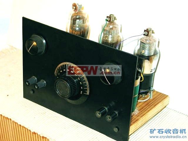 下面这只用24号管做的高放再生机是俺在清蒸冰棍老师的指导下做的.清蒸冰棍老师曾有专文介绍这只1929年面世的管子.做这只加了一级高放的再生机之目的是为进一步做两级高放,或来复再生积累一点经验. 这只再生机用了三只24号管,分别担任高放,再生检波和低放.由于多了一级调谐高放的缘故,整机灵敏度比一般再生机好.