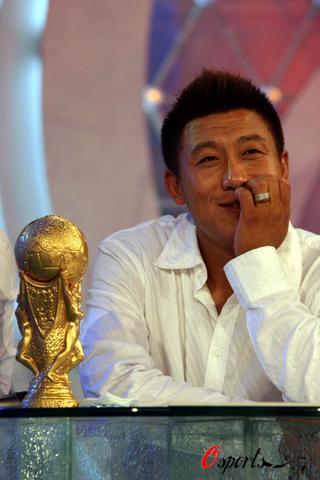 我国足协评出千禧年足球先生张恩华是以什么身份获得这项...